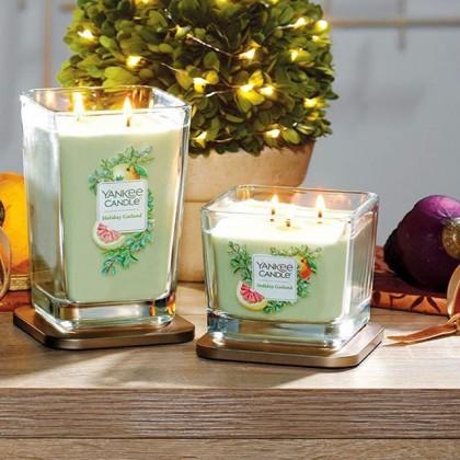 Выходные приближаются 🥰❤️Наполните свой дом прекрасным ароматом «праздничная гирлянда» от Yankee Candle ✨🙏🏻🎄 . Пышный праздничный аромат свежесрезанных сосновых веток и пикантной клюквы.🎄Настоящий праздник в вашем доме! 🥳 . Верхние ноты: зелень, альдегиды Средние ноты: хвойные сосны, эвкалипт  Базовые ноты: мох, ягодный можжевельник, древесные ноты . ✨Большая свеча 3150₽ ✨Средняя свеча - 2350₽ ✨Маленькая свеча - 1250₽ . 🙏🏻Ждём вас каждый день с 12 до 21.00 по адресу: Большая Новодмитровская 36с2, вход 3. . Подробное видео «как к нам пройти» смотрите в актуальном!🎬 . 💫Телефон: +7 (977) 151-62-44 💫Наши сайты: www.ycrussia.ru & millefiorirussia.ru & durancerussia.ru . #yankeecandle #candle #cozyhome #ароматыдлядома #дизайнзаводфлакон #fashionfriends #свечи #clubfashionblogger #уютныйдом